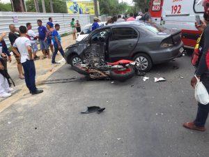 Colisão entre moto e carro deixa dois feridos em Caruaru