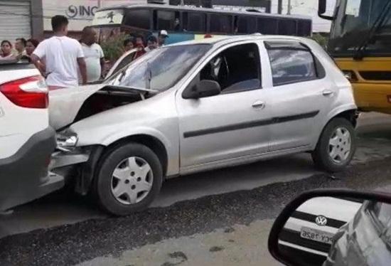 Ônibus e quatro veículos de passeio se envolvem em acidente em Toritama