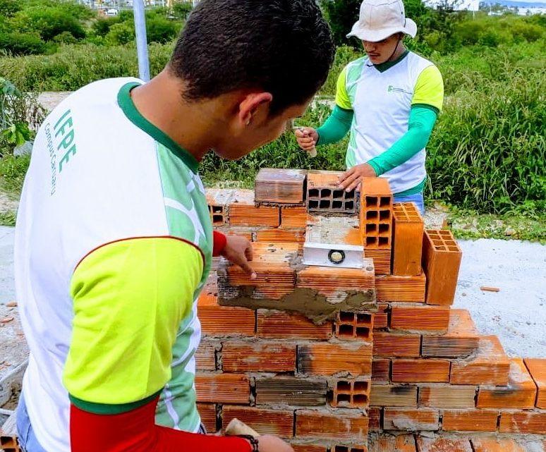 Adolescentes da Funase recebem certificados de curso de pedreiro