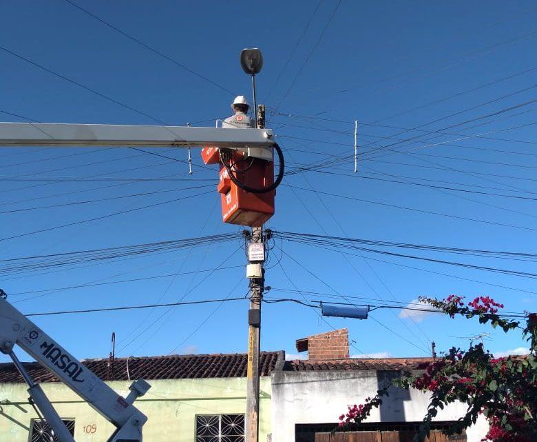 Prefeitura de Caruaru remove caçambas de entulho e instala   lâmpadas de LED