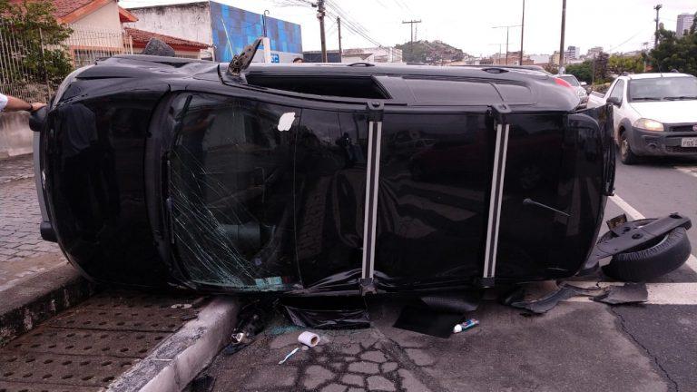 Hospital divulga estado de saúde das vítimas de acidente entre carro e moto em Caruaru