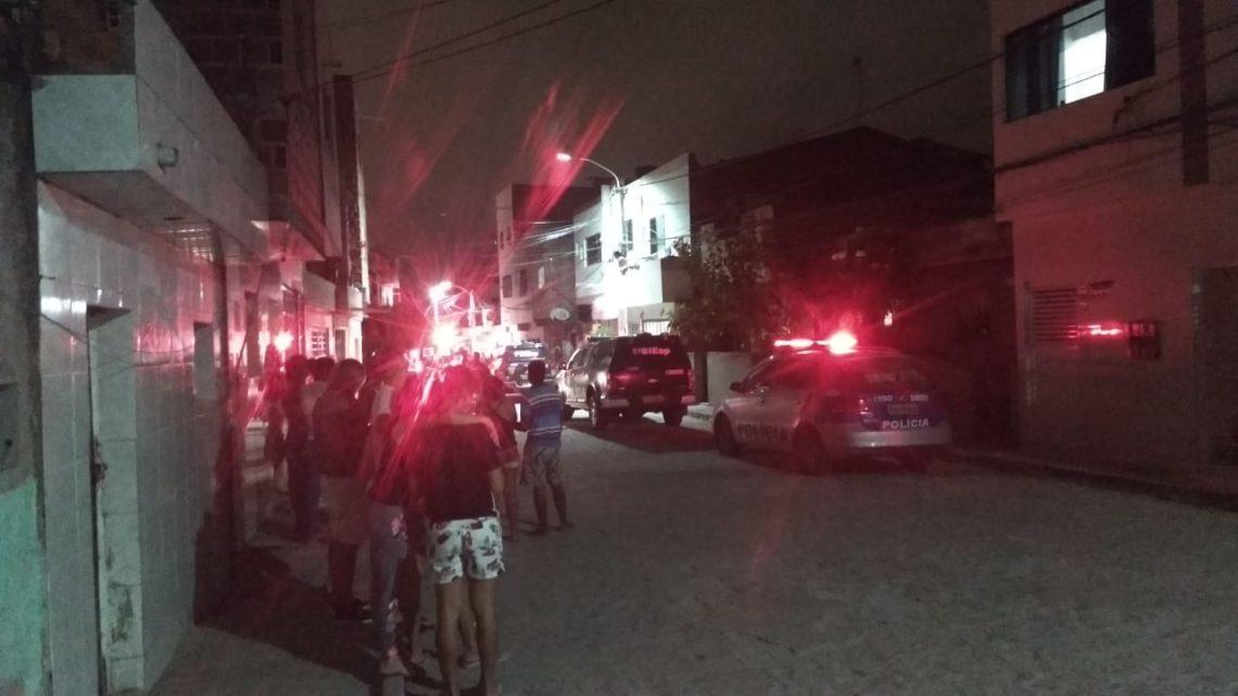 Jovem é morto a tiros dentro de casa e mulher é atingida pelas balas