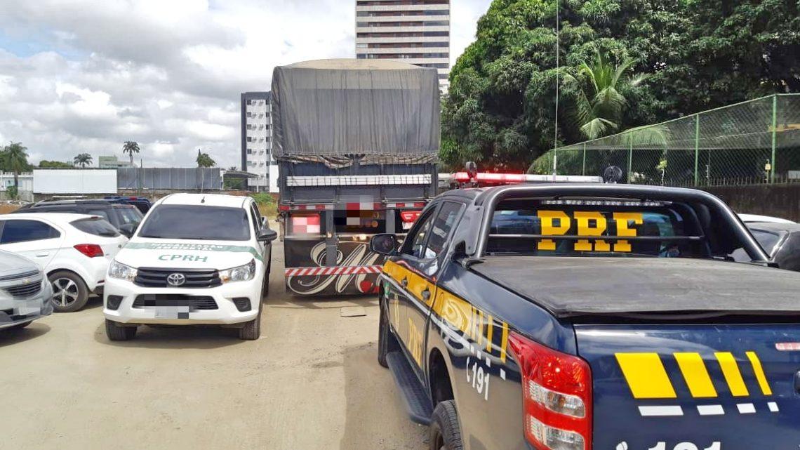 Caminhão com mais de R$20 mil em débitos é flagrado com madeira irregular em Gravatá