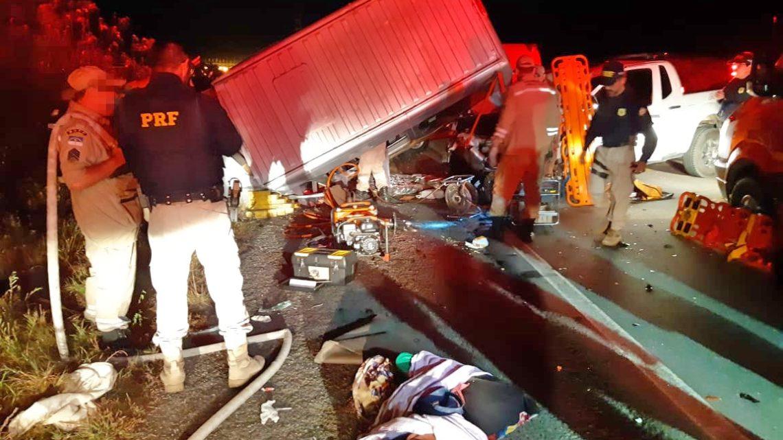 Um morto e onze feridos após colisão entre caminhonete e van na BR-232
