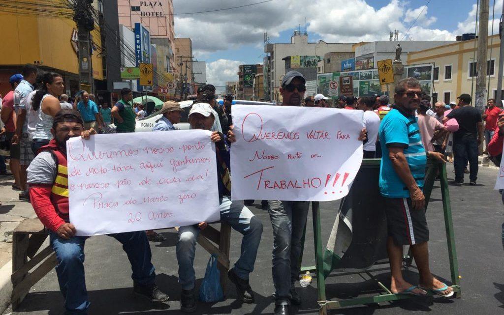 Mototaxistas realizam protesto no centro de Caruaru