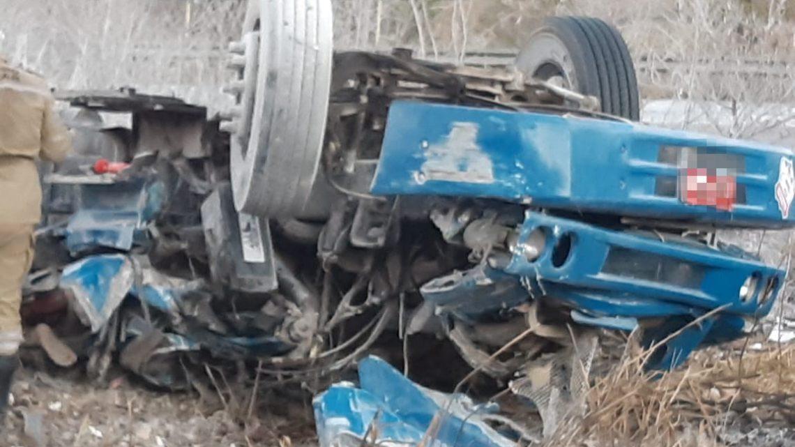 Motorista morre após caminhão capotar na Serra das Russas