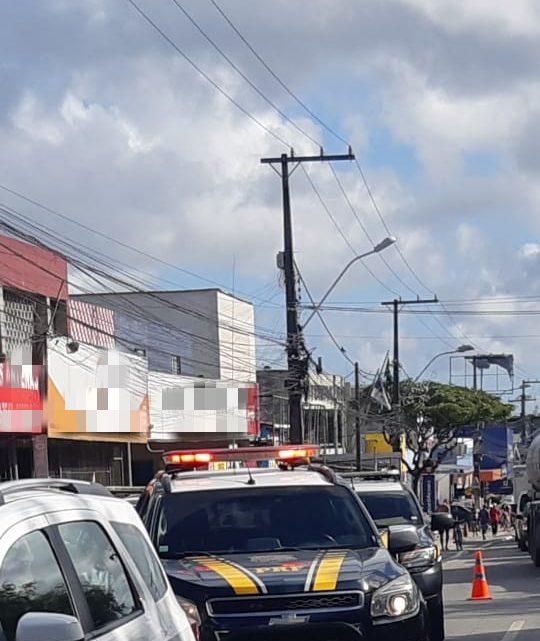 Motociclista morre atropelado por caminhão após colidir em carro