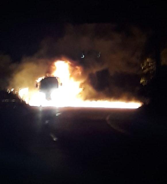 Caminhão pega fogo na Serra das Russas na BR-232
