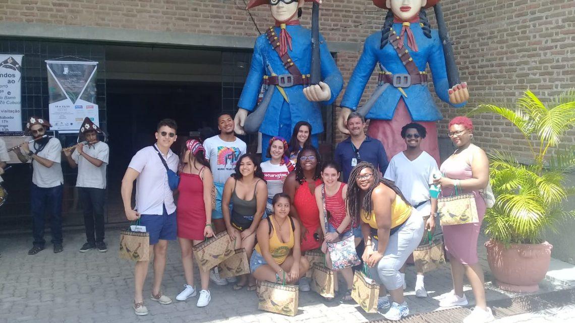 Museu do Barro em Caruaru recebe visita de estudantes e professores americanos