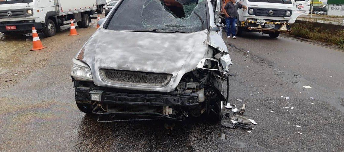 Carro colide em caminhão e atropelada duas pessoas na BR-232 em Bezerros-PE