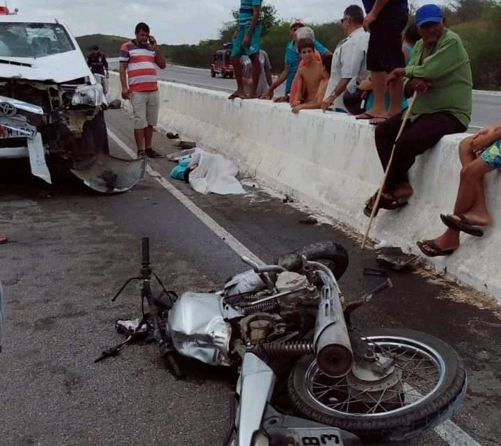 Colisão frontal entre carro e moto com vítima fatal na BR-104 na zona rural de Caruaru