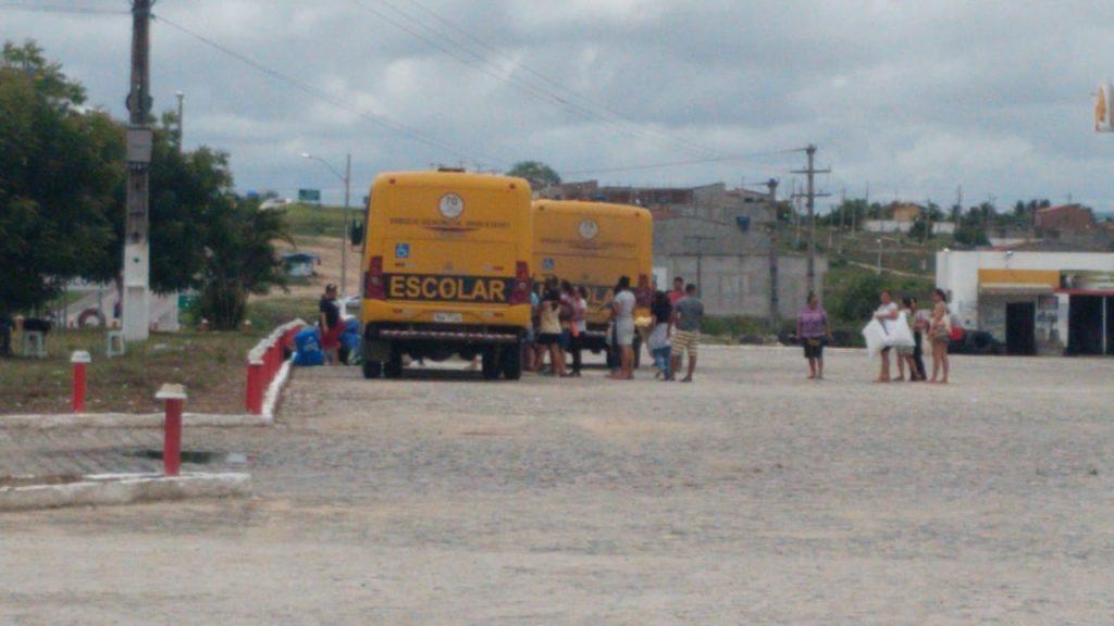 PRF apreende na BR-104 ônibus escolares levando passageiros para a praia