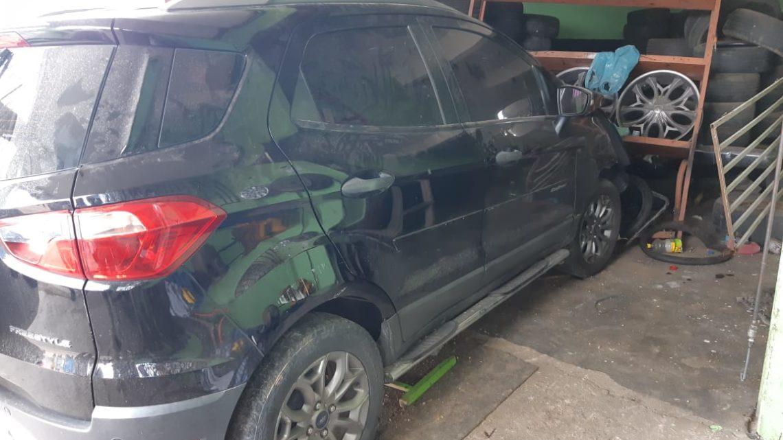 Carro atropela homem e invade estabelecimento comercial na BR-104 em Caruaru