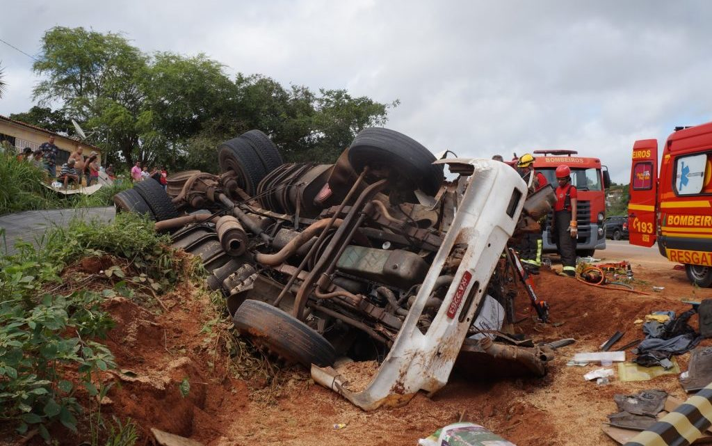 Acidentes em Riacho das Almas e Bezerros deixam motoristas mortos