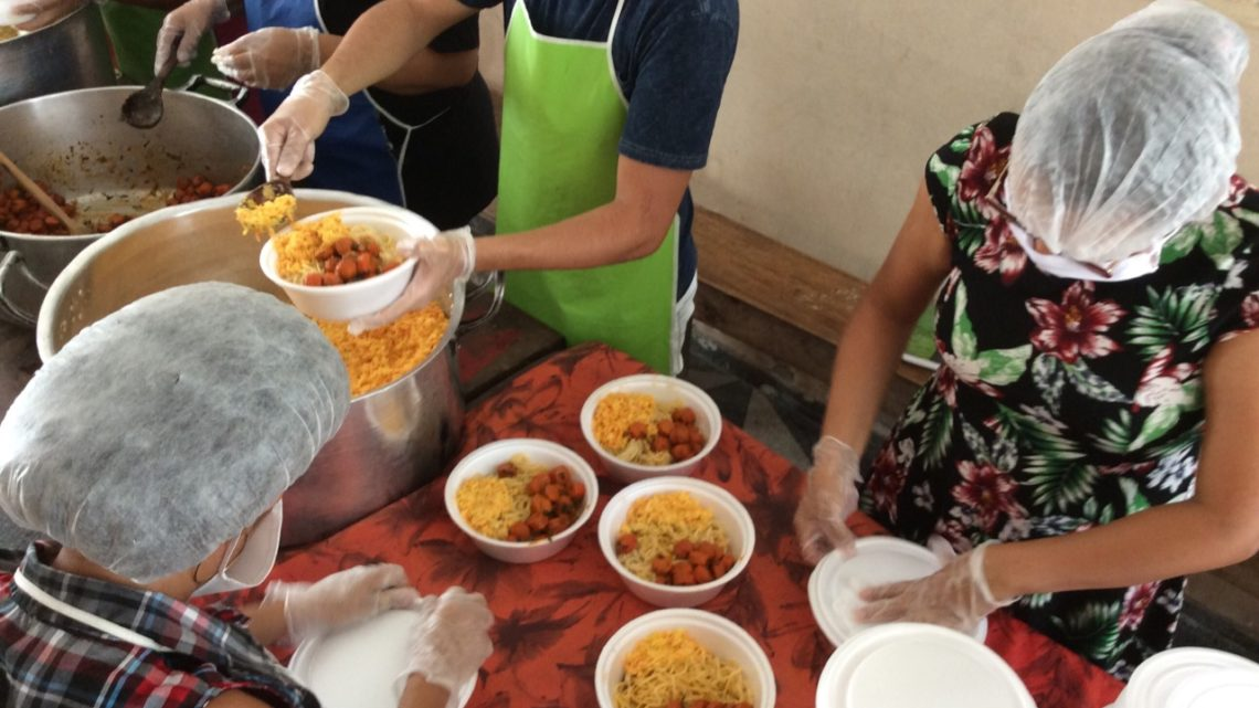 Covid-19: MST distribui Marmita Solidária para moradores de rua de Caruaru