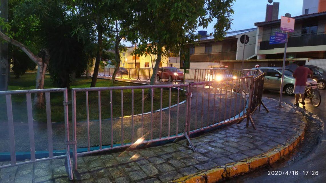 Grades de isolamento nas praças de Caruaru são colocadas para evitar circulação de pessoas