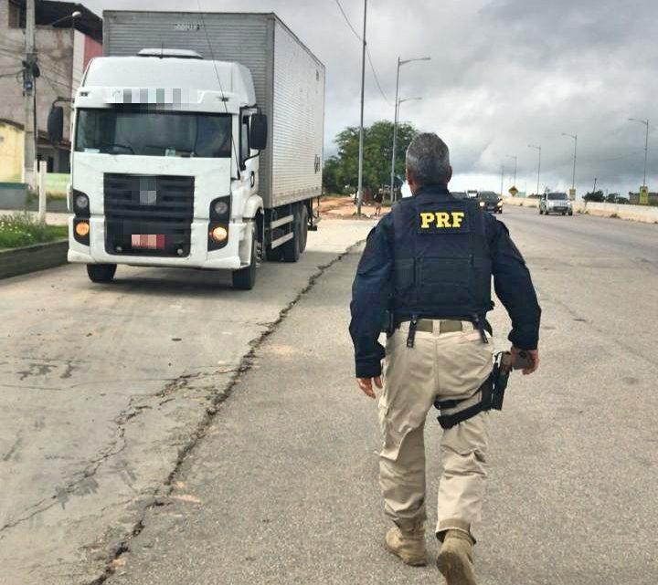 Caminhão carregado com mais 2 mil calçados falsificados é apreendido em Caruaru