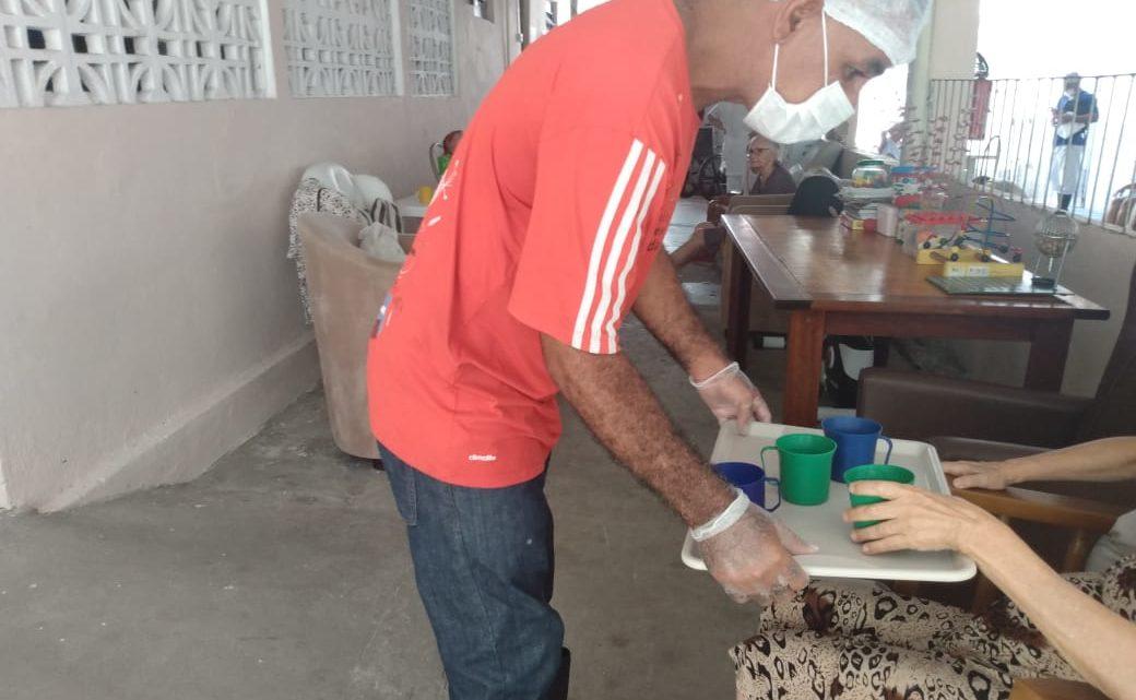 Idosas em Abrigo recebem auxílio de voluntário para prevenção do Covid-19