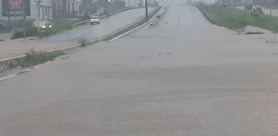 Fortes chuvas interditam BR-104 em Caruaru neste domingo (26)