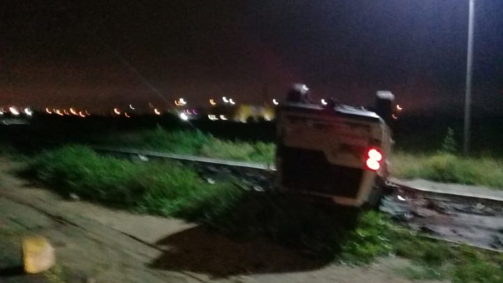 PRF encontra carro capotado e abandonado na BR-104 em Caruaru