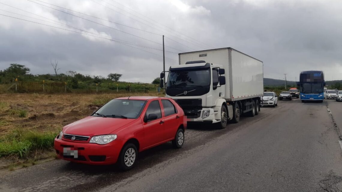 Engavetamento envolvendo dois carros e um caminhão na BR 232 em Caruaru