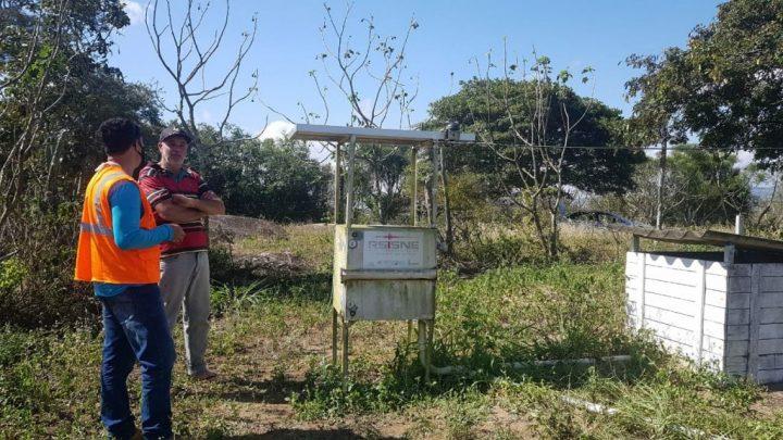 Sismólogos fazem manutenção em estação sismográfica instalada em Caruaru