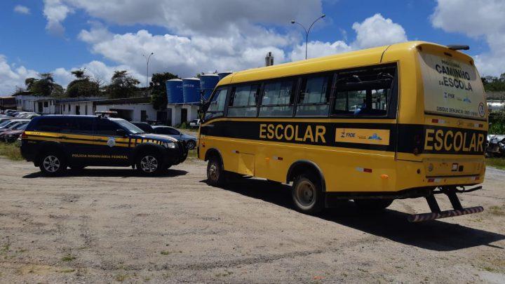 Ônibus escolar é apreendido por transporte irregular de passageiros na BR 423 em Pernambuco