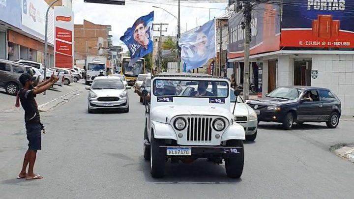 Lessa circula pelas ruas de Caruaru