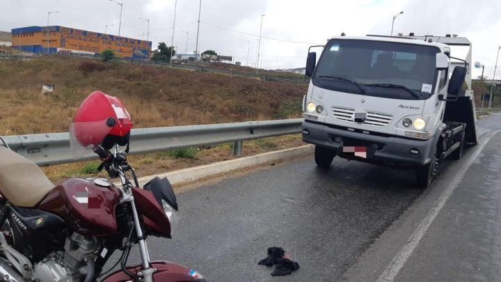 Duas motos colidem na traseira de um carro na BR 104 em Caruaru neste domingo (29)