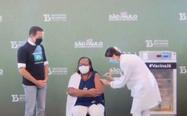Enfermeira recebe dose da CoronaVac e é a 1ª brasileira vacinada