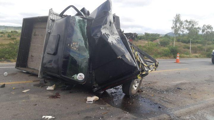 Motorista morre após colisão entre caminhonete e carro na BR 232