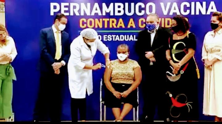 Profissional de saúde é a primeira pessoa vacinada contra a covid-19 em Pernambuco