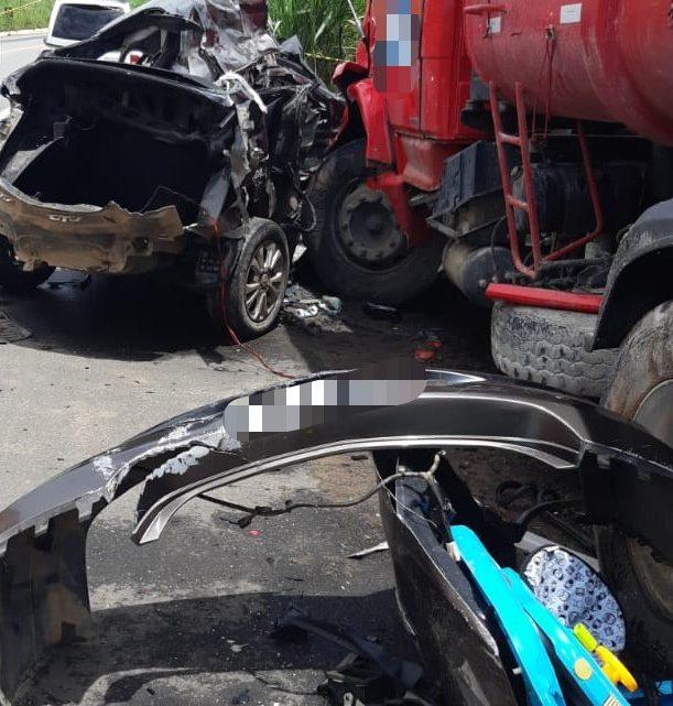 Acidente entre carro e caminhão deixa motorista morto, mulher e bebê feridos em Pernambuco