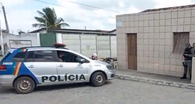 Homem é morto a tiros na frente de companheira em rua de Encruzilhada de São João