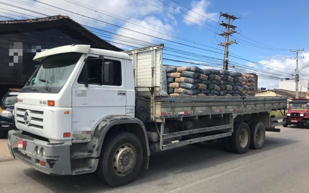 Caminhão com 13 toneladas de cimento sem nota fiscal é retido em Caruaru