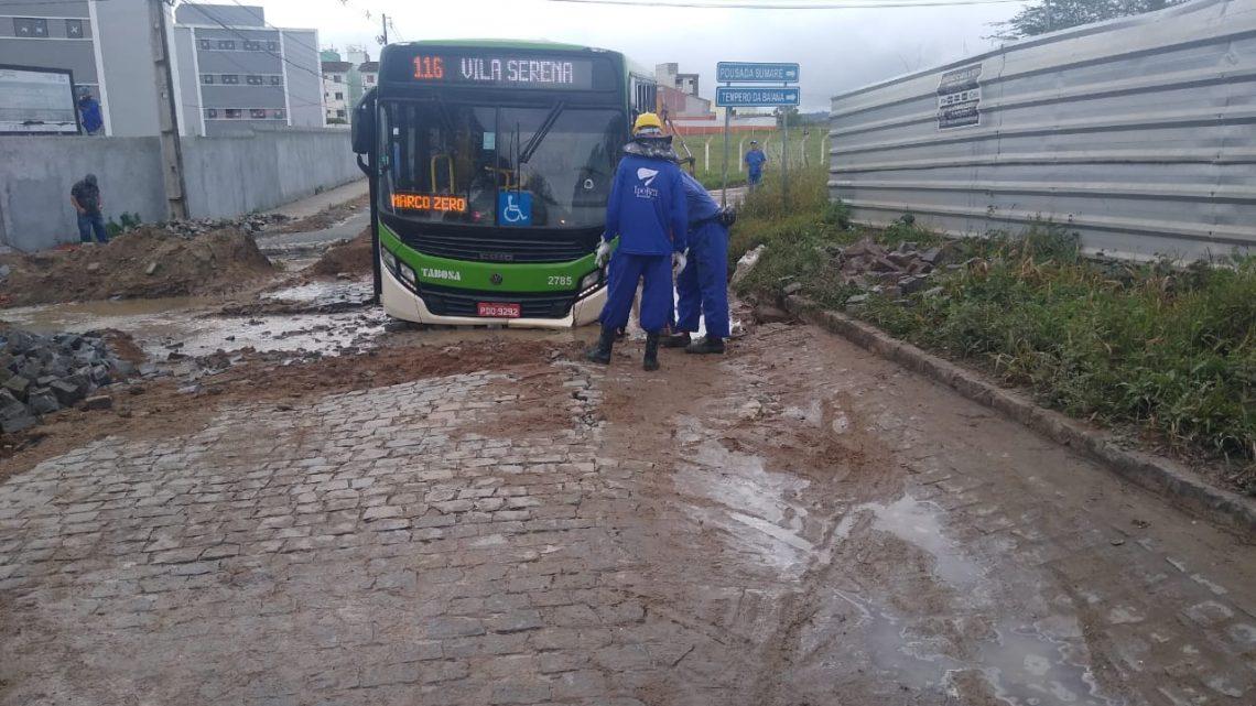 Ônibus atola em Caruaru e interdita rua