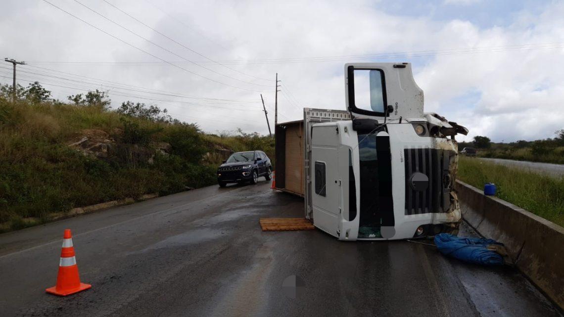 Motorista desvia de cavalo e tomba caminhão na BR 232 em Caruaru