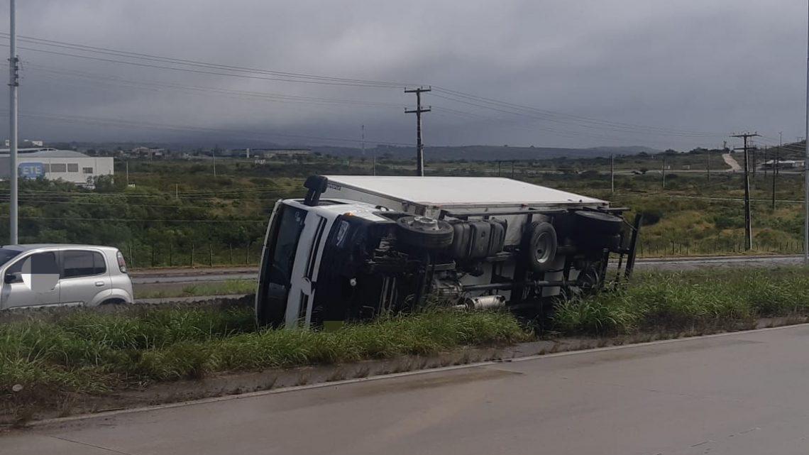 Motorista perde controle da direção e tomba caminhão na BR 232 em Caruaru