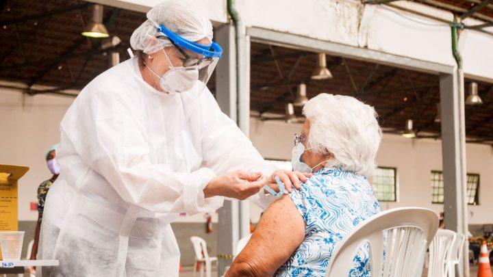 Covid-19: Caruaru inicia pré-cadastro da dose de reforço para idosos acima de 70 anos e as pessoas imunossuprimidas
