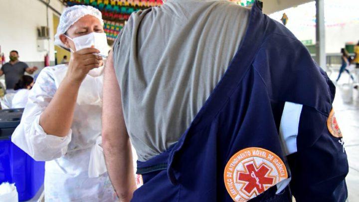 Caruaru dá início à vacinação de trabalhadores da saúde e idosos com 60 anos ou mais